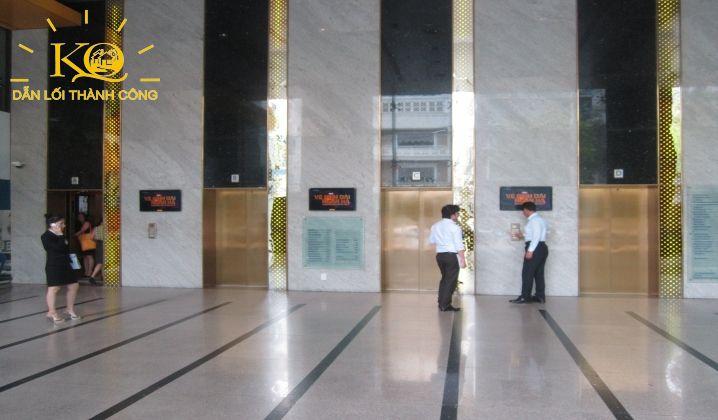 Thang máy bên trong tòa nhà